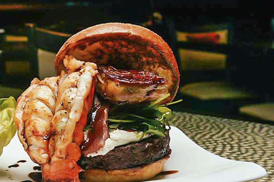 SUPERLATIVO -O sanduíche de Las Vegas: torre de ingredientes caros -