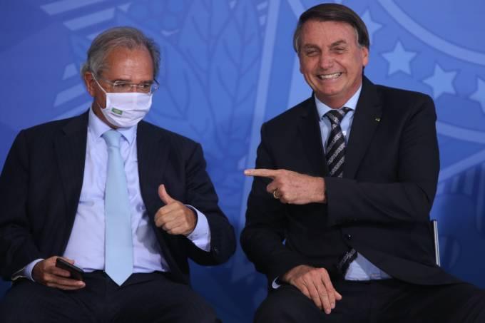 O ministro da Economia, Paulo Guedes e o  presidente da República, Jair Bolsonaro, durante o lançamento dos programas CODEX e SUPER.BR e do 8º Revogaço no Palácio do Planalto.