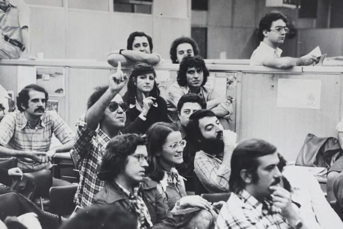 Mayrink pede a palavra na redação da VEJA, em 1975