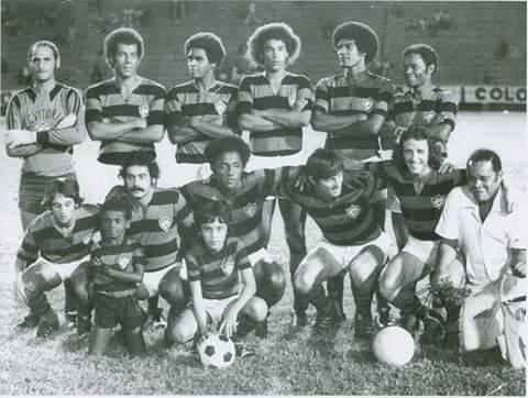 Combinado entre Fluminense e Vitória, em 1976: Andrada, Carlos Alberto Torres, pintinho, Joãozinho, altivo e Rodrigues Neto. Em baixo, Osni, Rivelino, PC Caju, Fischer e Dirceu