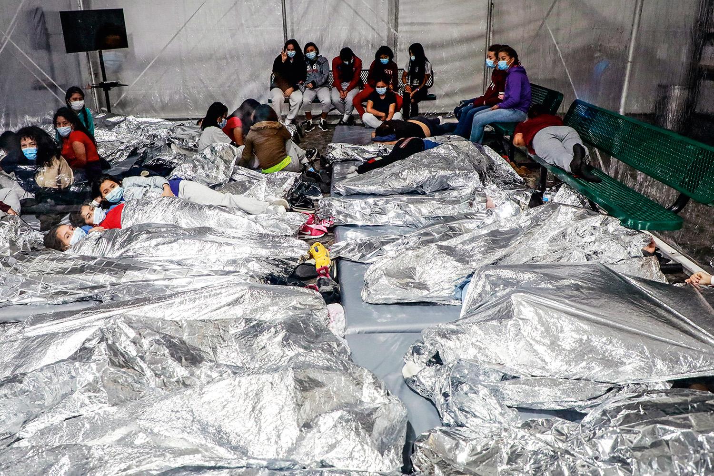 CADA VEZ MAIS -Crianças acomodadas em abrigo improvisado no Texas: sem os pais e sem destino definido -