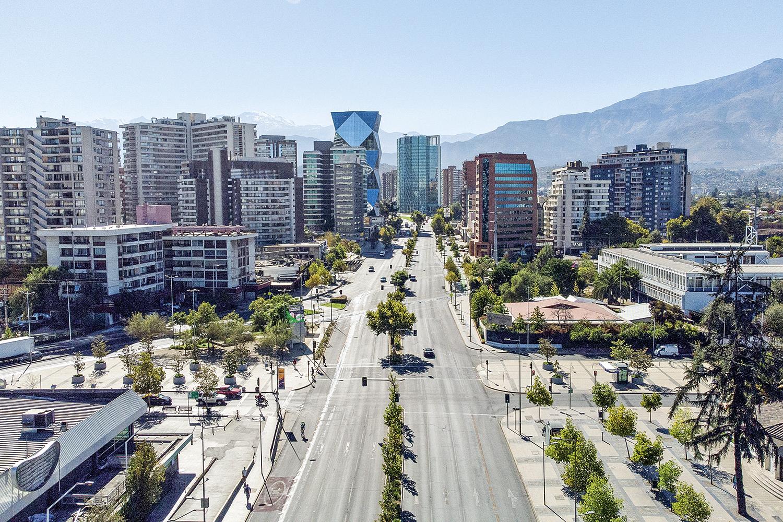 ALERTA- Avenida vazia em Santiago: a alta taxa de vacinação não impediu uma segunda onda da doença no Chile -