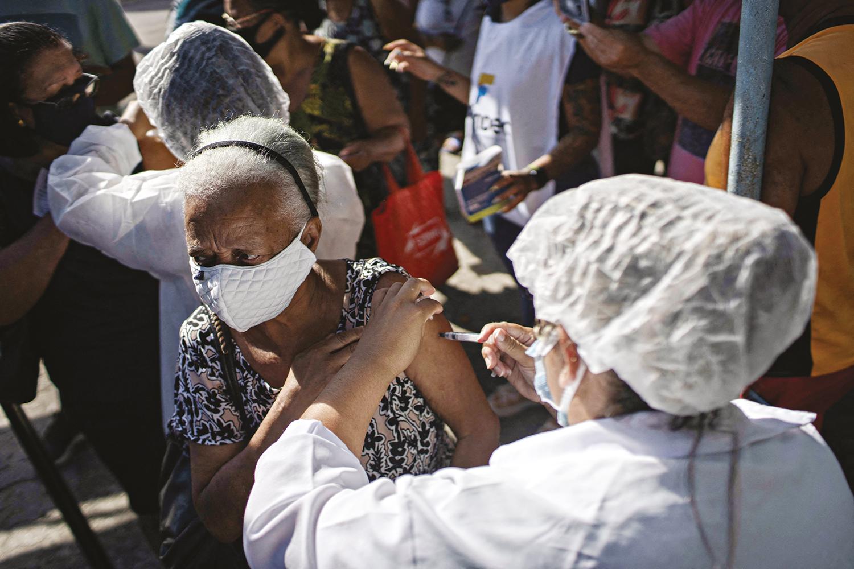 RITMO LENTO -Vacinação no Brasil: um processo mais ágil teria poupado milhares de vidas nos últimos quatro meses -