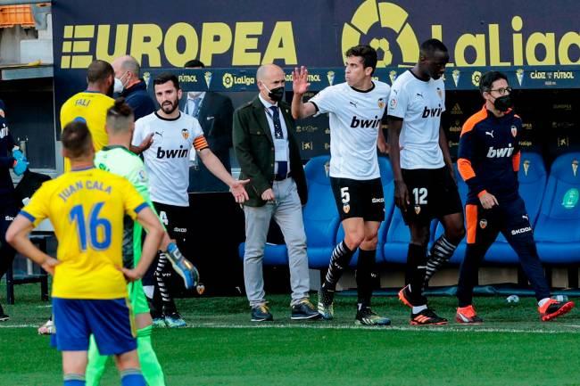 Os jogadores do Valência saem de campo, durante o jogo da Liga da Primeira Divisão, contra o Cádiz, no estádio Ramón de Carranza -