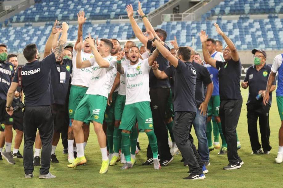 Equipe do Cuiabá comemorando o acesso para a série A do Brasileirão -