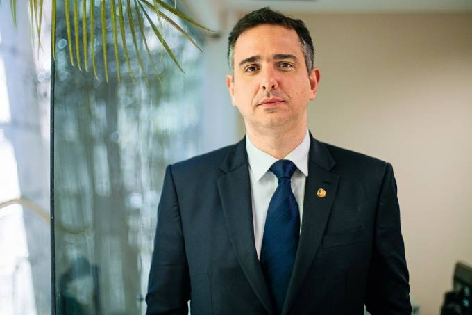 O senador Rodrigo Pacheco (DEM-MG) em seu gabinete, em Brasília