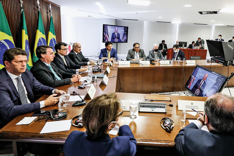 NO PALCO -Bolsonaro e equipe ouvem Biden na TV: mudança de tom -