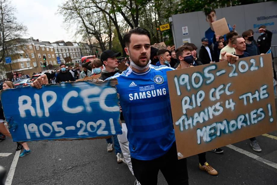 Torcedores do Chelsea protestam contra a Superliga Europeia do lado de fora de Stamford Bridge, em Londres -