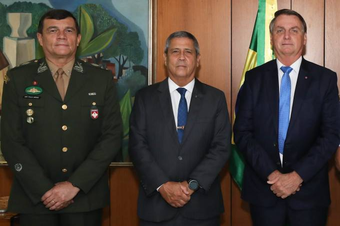 O chefe do Exército, Paulo Sergio Nogueira, o ministro da Defesa, Walter Braga Netto, e o presidente Jair Bolsonaro