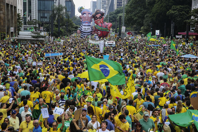 NAS RUAS -Manifestação na Avenida Paulista: pressão popular ajudou a acelerar a queda -