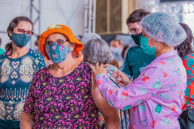 Idosa é vacinada contra a Covid-19 em Maceió, Alagoas.
