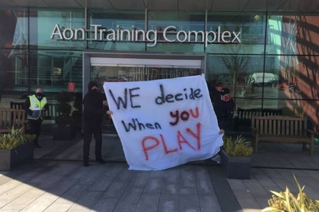 Torcedores do Manchester United protestam no CT do clube -
