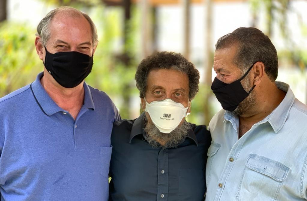 Ciro Gomes, João Santana e Carlos Lupi, presidente do PDT, posam para foto
