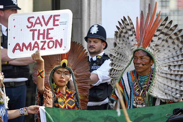 QUEIMADOS -Protesto no exterior: a política ambiental brasileira é alvo de críticas -