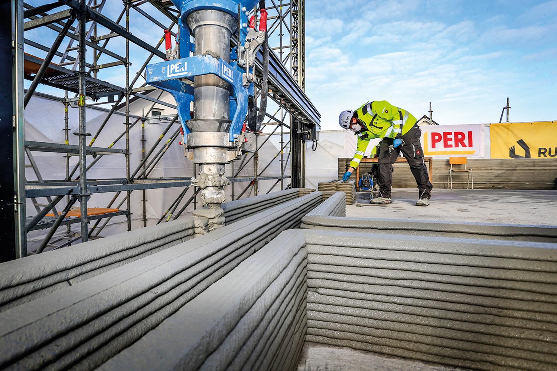 NA ALEMANHA - Operário e impressora 3D em obra na cidade de Beckum: inovação surgida nos EUA começa a se espalhar pela Europa e pode desencadear grandes transformações na indústria da construção. Tempo reduzido e custos menores estimulam novos projetos -