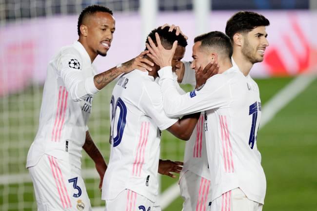 Vinicius Junior do Real Madrid comemora o 3 a 1 com Eder Militão, Lucas Vazquez e Marco Asensio -