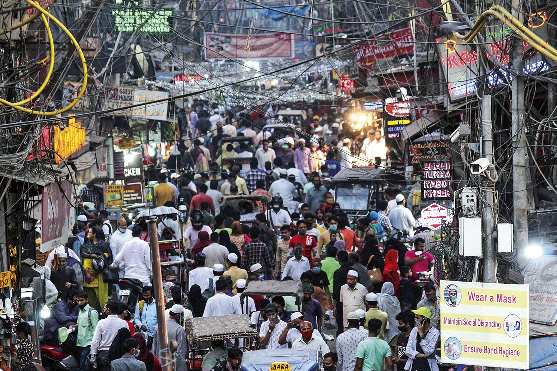 AGLOMERAÇÃO -Mercado lotado: o governo relaxou nas regras de distanciamento -