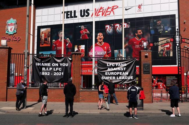 Faixas são colocadas do lado de fora de Anfield, estádio do Liverpool, por torcedores em protesto contra sua decisão de ser incluído entre os clubes que tentam formar uma nova Superliga -