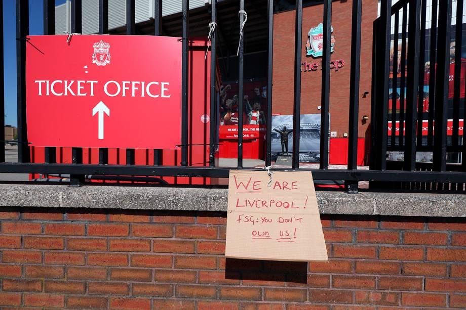 Ontem, torcedores do Liverpool também protestaram contra a decisão do clube ser incluído entre os clubes que tentam formar uma nova Superliga Europeia -