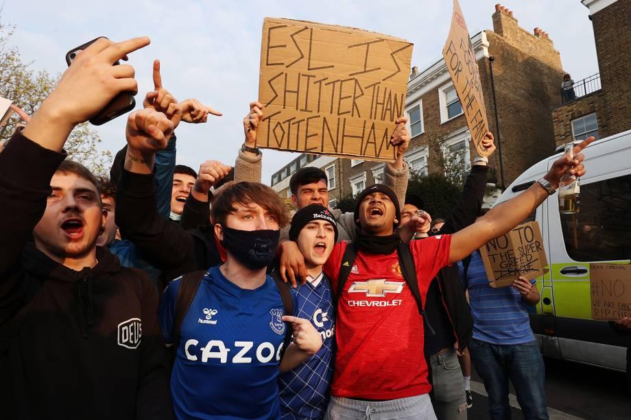 Torcedores de clubes da Inglaterra se reúnem para protestar contra a introdução da Superliga Europeia, em Londres -