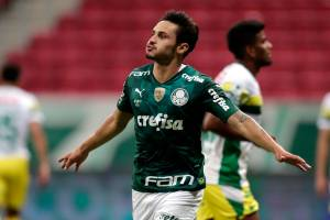 BRASILIA, BRAZIL - APRIL 14: Raphael Veiga of Palmeiras celebrates after scoring the first goal of his team via penalty during a match between Palmeiras and Defensa y Justicia as part of the second leg of the Conmebol Recopa at Mane Garrincha Stadium on April 14, 2021 in Brasilia, Brazil. (Photo by Ueslei Marcelino-Pool/Getty Images)