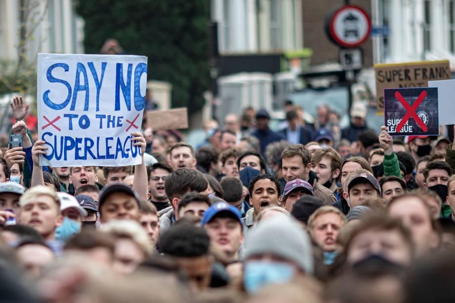 Protestos de torcedores do Chelsea em frente ao estádio do clube, Stamford Bridge -