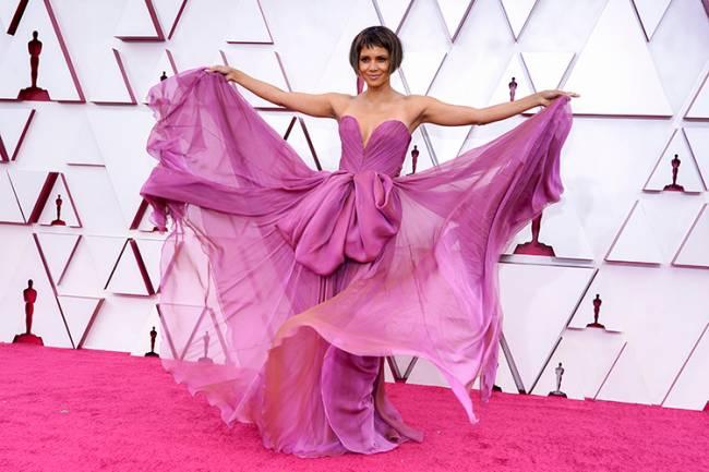 A atriz Halle Berry chega ao tapete vermelho do Oscar 2021