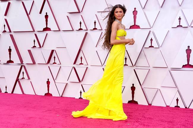 Zendaya, vencedora do Globo de Ouro de Melhor Atriz por 'Euphoria', chega ao tapete vermelho do Oscar