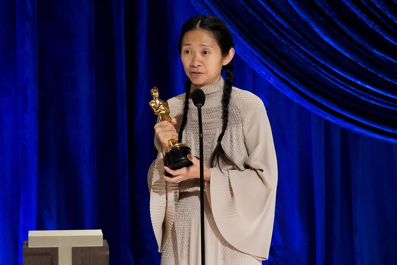 Chloe Zhao, vencedora de melhor direção, na 93ª edição do Oscar -