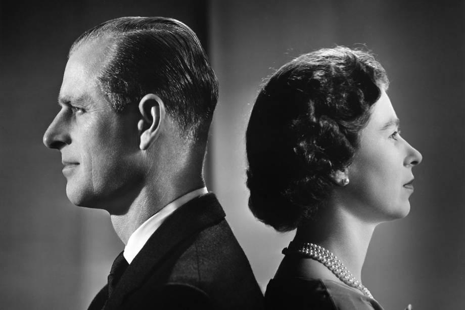 Philip e Elizabeth II posam para um retrato em casa no Palácio de Buckingham, em dezembro de 1958 -