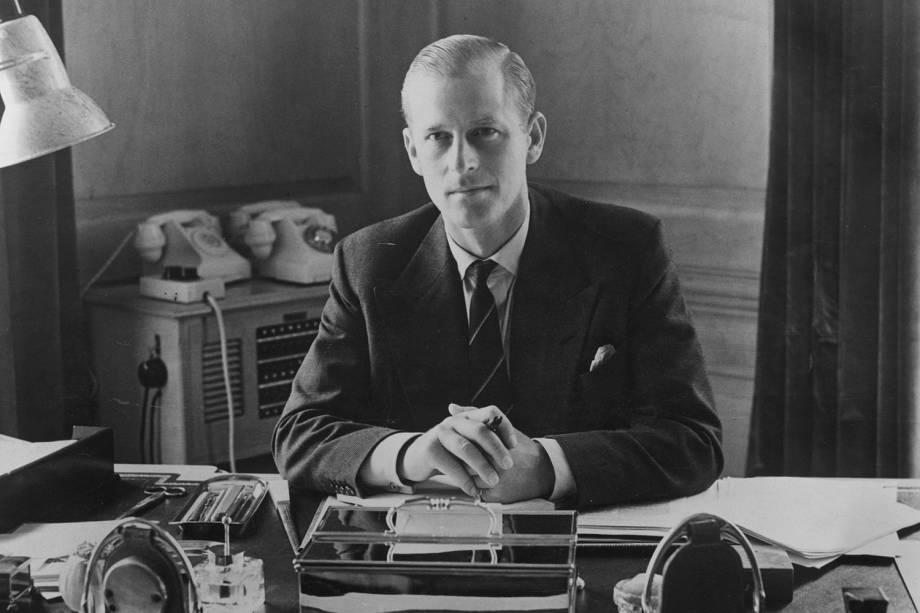 Príncipe Philip, o duque de Edimburgo, sentado em sua mesa na Clarence House, em 1951 -