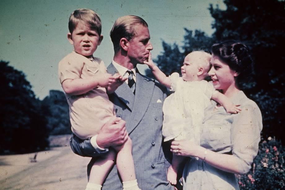 Philip e Elizabeth com seus filhos, o Príncipe Charles e a Princesa Anne -
