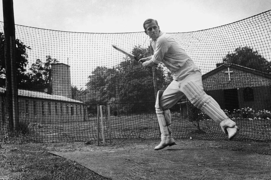 O duque de Edimburgo jogando beisebol, em 1947 -