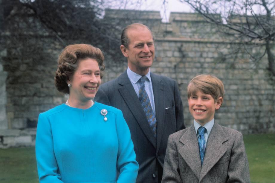 Rainha Elizabeth, posando com seu marido, o duque de Edimburgo, e seu filho, o príncipe Edward, em 1976 -