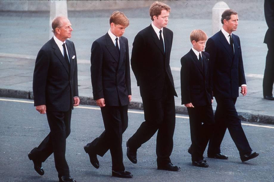 Philip, William, Spencer, Harry e Charles durante o funeral da princesa Diana, em 1997 -