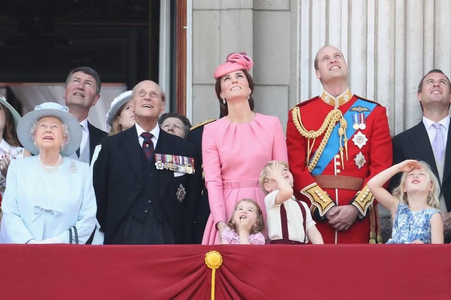 Príncipe Philip ao lado da família na varanda do Palácio de Buckingham durante o desfile Trooping the Color, em  2017 -