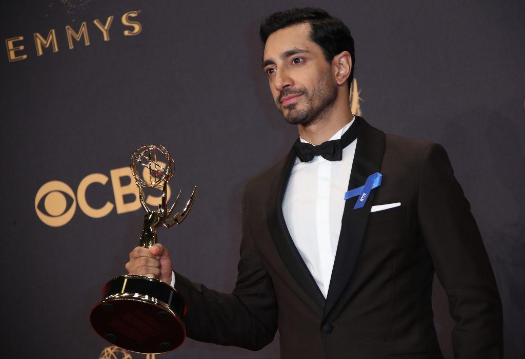 Riz Ahmed após vencer o prêmio de melhor ator do Emmy, em 2017.