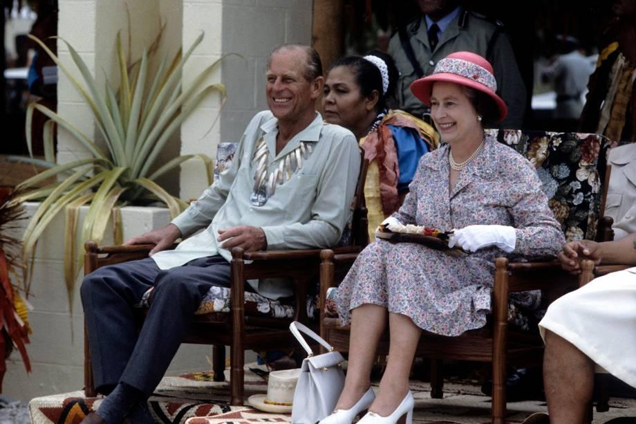Philip e Elizabeth II assistindo dançarinos em Tuvalu, em 1982 -