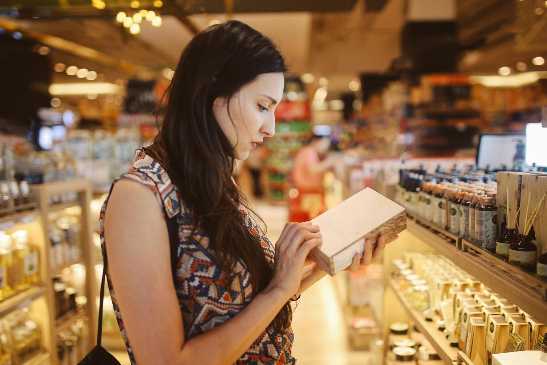 CONSUMIDORA EM LOJA DE COSMÉTICOS - apelo da sustentabilidade na decisão de compra -