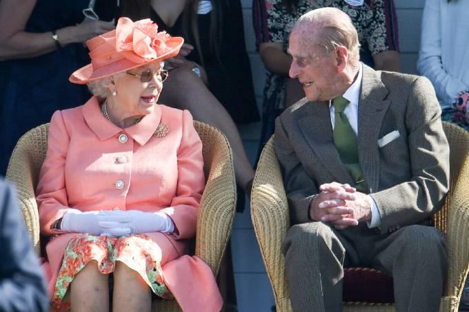 Rainha Elizabeth II ao lado do Príncipe Philip –