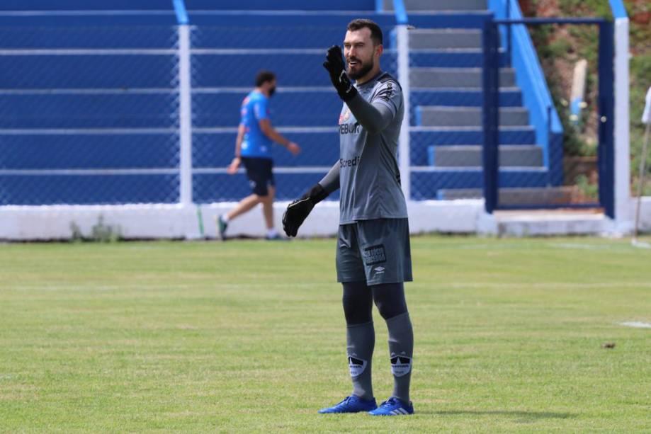 Goleiro Walter em ação pelo Cuiabá no campeonato regional -