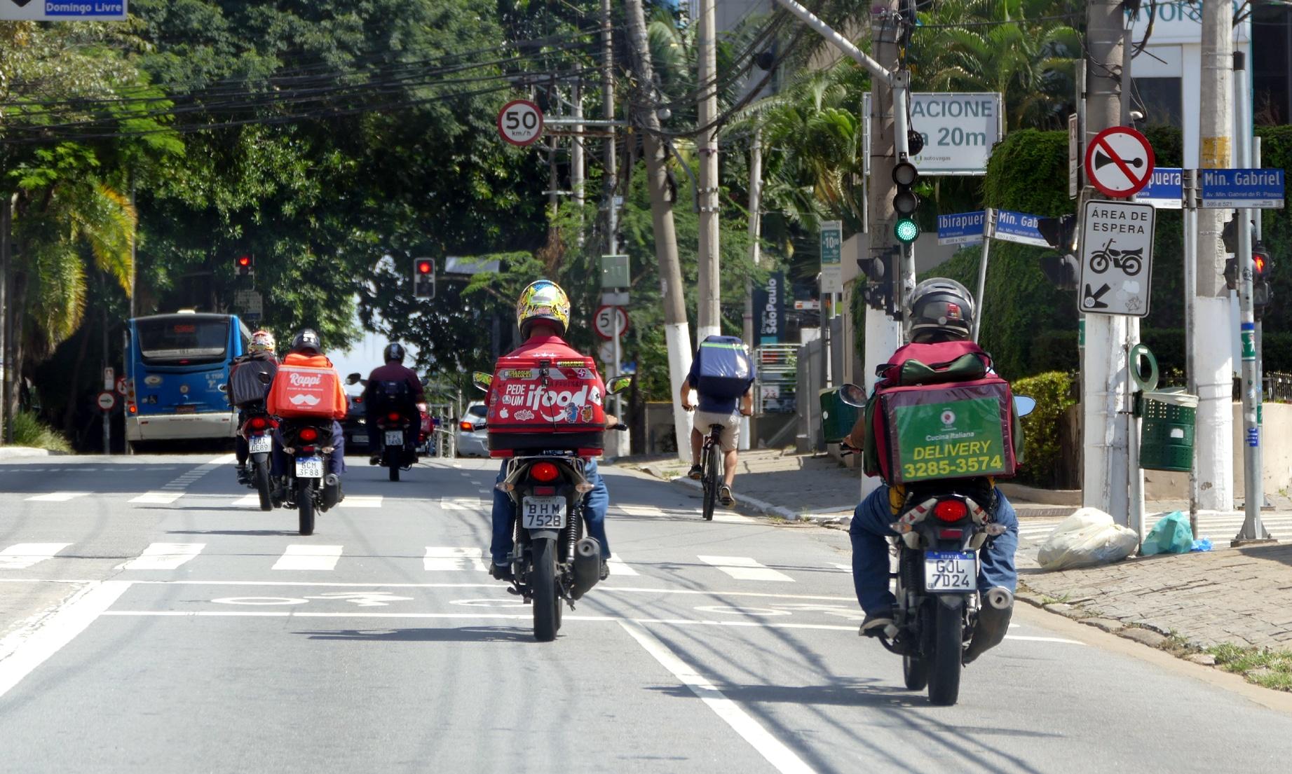 Motoboys na Avenida Ibrapuera, em São Paulo, durante o feriado prolongado