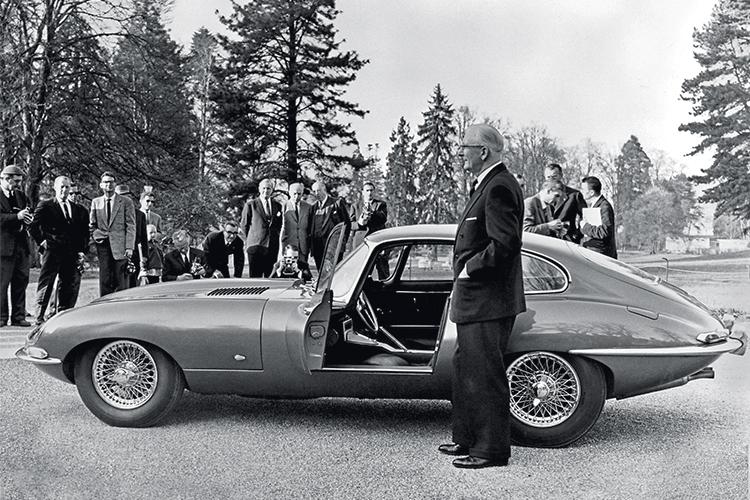 MITO -Sir William Lyons: o fundador da Jaguar ao lado do protótipo 9600 HP, em apresentação à imprensa -