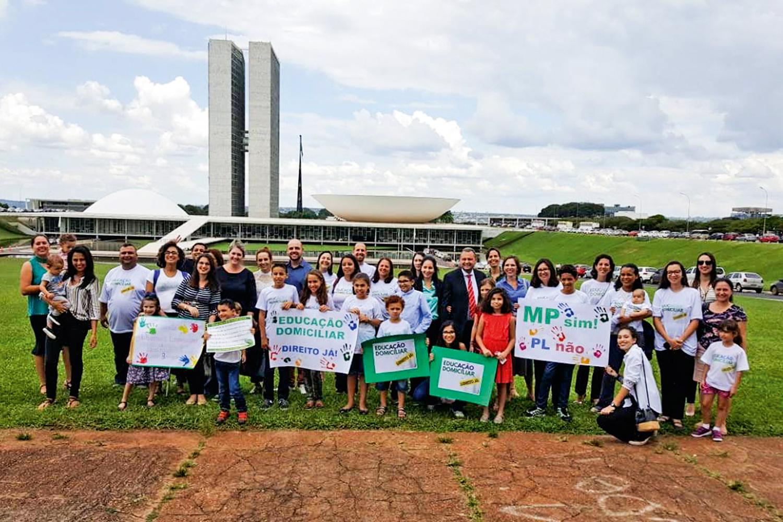 COBRANÇA - Manifestação pela educação doméstica em frente ao Congresso: promessa bolsonarista -