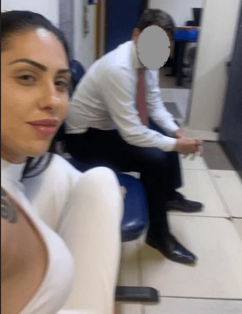 Imagem capturada por investigadores no telefone de Monique Medeiros, presa ontem; ela fez selfie na delegacia