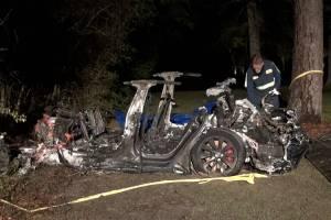 Carro da Tesla após acidente fatal com dois passageiros -