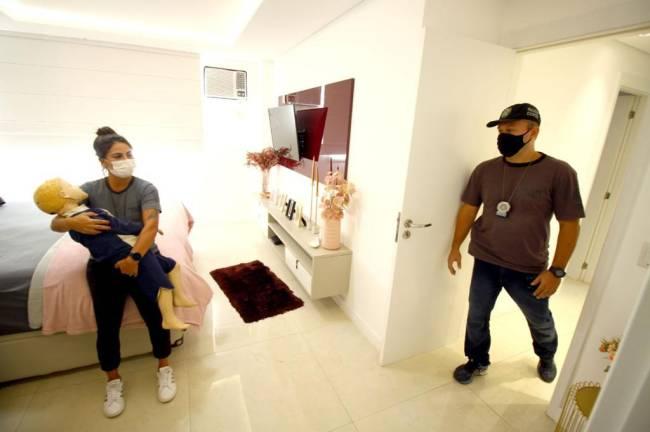 Policiais fazem reprodução simulada no apartamento em que Henry morreu