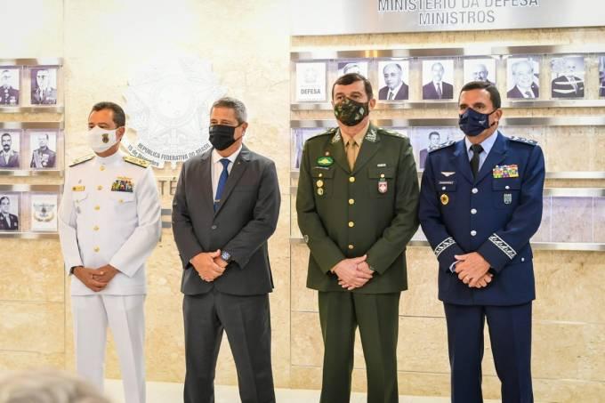 Novos comandantes das Forças Armadas ao lado do ministro da Defesa, Walter Braga Netto