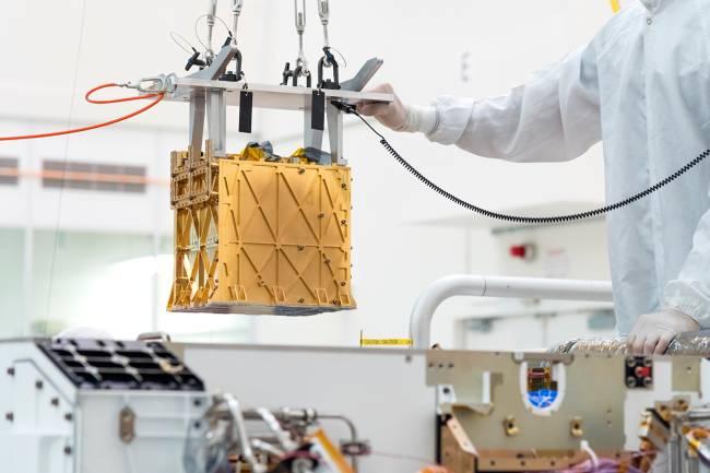 Técnico do Laboratório de Propulsão a Jato durante a instalação do instrumento para o experimento de utilização de recursos in situ de oxigênio de Marte (MOXIE), no Perseverance rover, em Pasadena, na Califórnia -