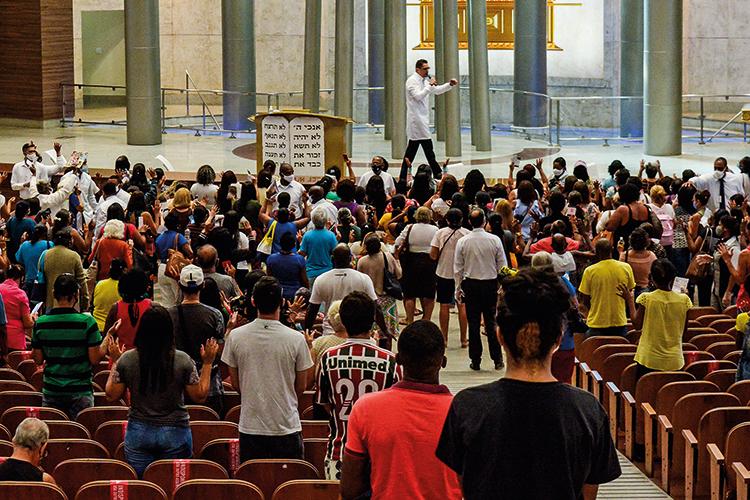 VENHAM A MIM -Igreja Universal no Rio: fiéis chamados para perto do palco -